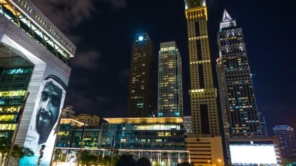 Wolkenkratzer mit Nachtbeleuchtung in der Nähe von The Gate wichtigsten Gebäude des Dubai International Financial center, Dubai, Vereinigte Arabische Emirate