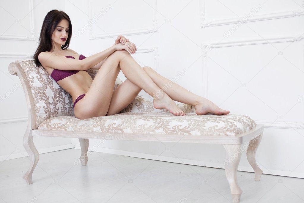 Стройная милашка позволила подругам удовлетворить себя - порно фото