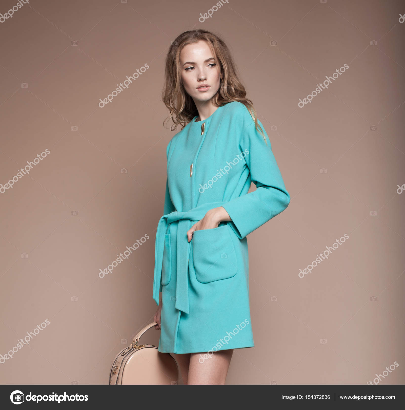 9f8539ba80e7 Ritratto di ragazza giovane alla moda in vestiti di inverno– immagine stock