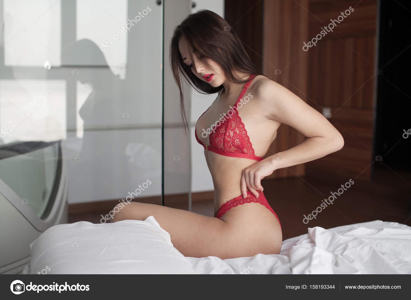 81c4cc7b98 Hermosa dama sexy elegante rojo bragas y sujetador. Retrato de niña de moda  modelo en interiores. Mujer morena de belleza con nalgas atractivas en ropa  ...