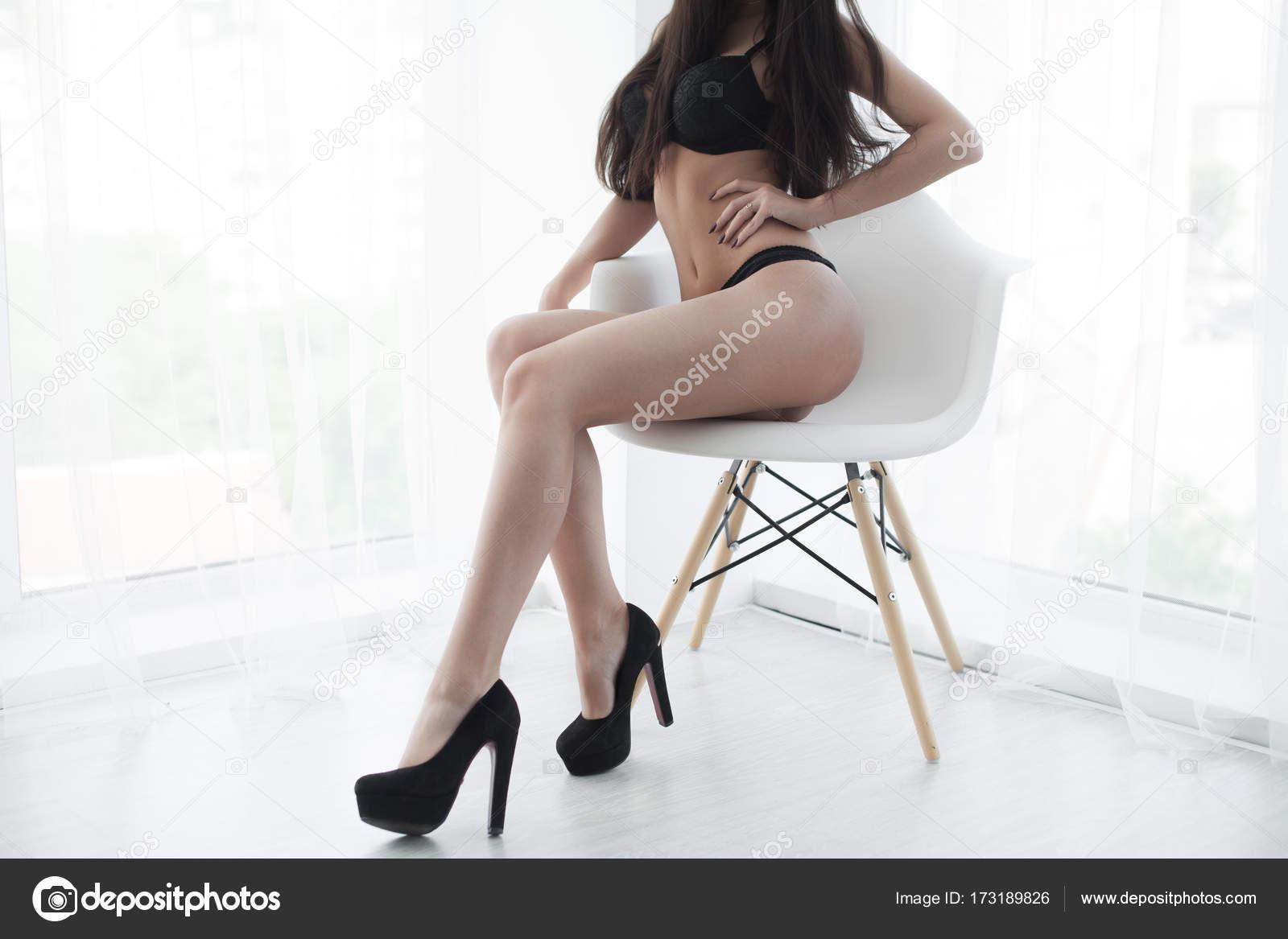 3e436bb2d Linda senhora sexy na calcinha preta elegante. Feche o retrato da moda de  modelo dentro de casa. Mulher de beleza com corpo atraente em lingerie de  renda ...