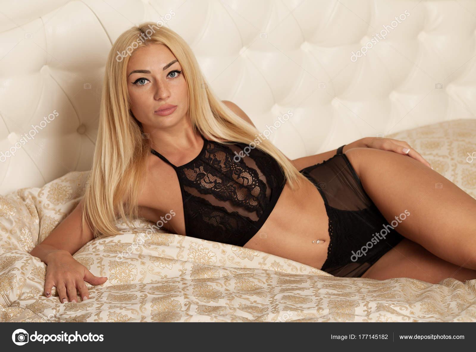 Красивая сексуальная блондинка на кровати, порно ролики башкирские девчонки