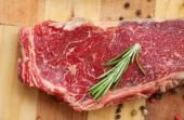 Nyers steak fűszerek és összetevők a főzés. Szemközti nézet
