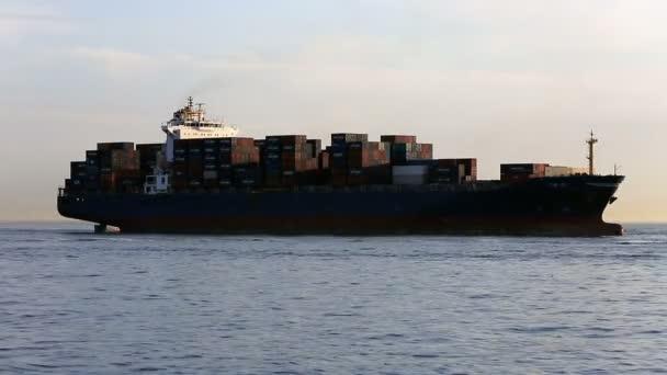 Rakomány konténer hajó a tengeren