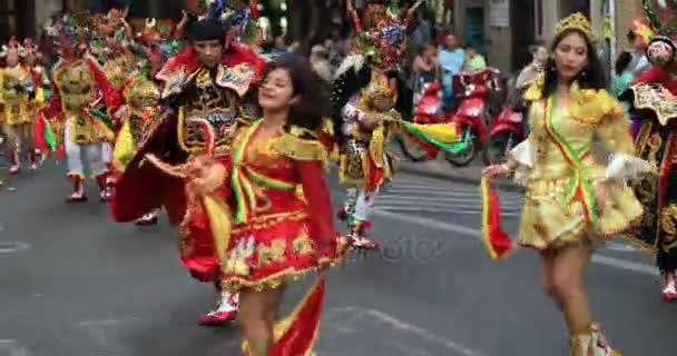 Bolíviai táncosok a tipikus utcai farsangi jelmez. Augusztus 2017-ig, 07: Valencia Spanyolország