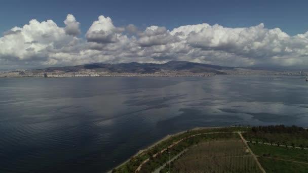 Letecký pohled na krásnou krajinu s lagunou