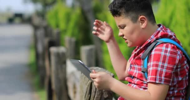 Portrét kavkazského dospívání s digitálním tabletovým počítačem v přírodě