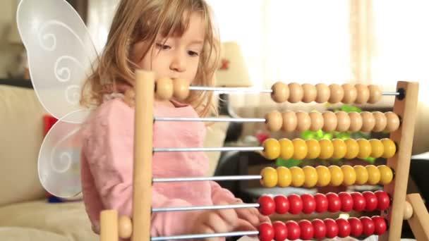 roztomilá holčička hraje s abacus
