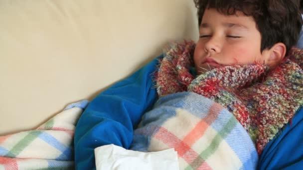Kind zu Hause an Grippe erkrankt, ruht