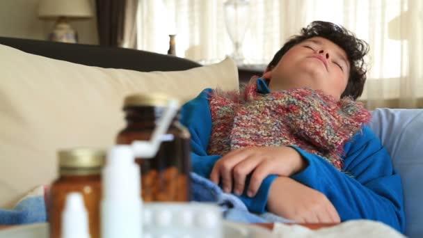 Kind mit Halsschmerzen in Grippesaison am Hals