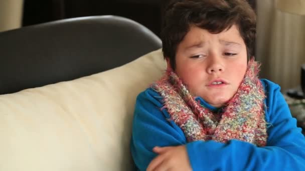 Porträt von einem kranken Kind frieren im winter