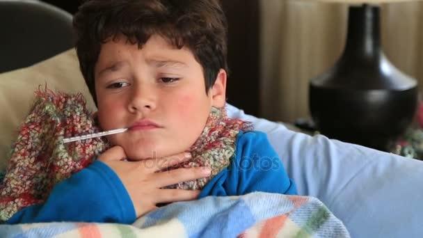 Krankes Kind lag mit Fieber im Bett