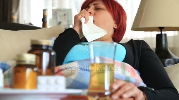 Nemocná žena ležela na pohovce a kašel