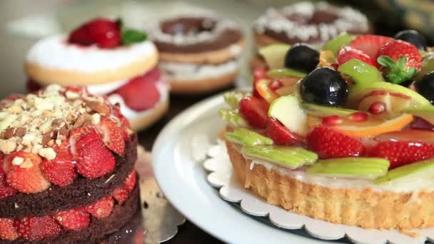 Různé ovocné koláčky, koblihy a kousky koláče
