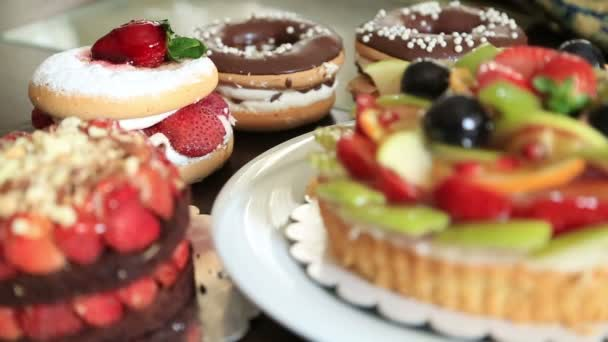 Lahodný koláč s čerstvým ovoce koláče a koblihy
