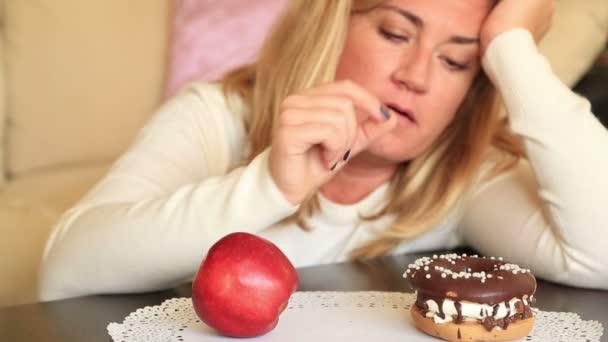 Obtížná volba mezi zdravé nebo nevyžádané potravin, dietního konceptu