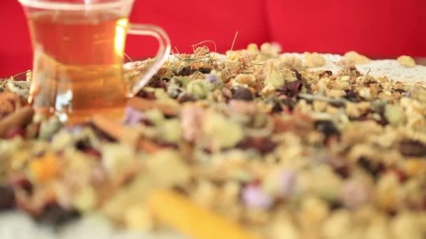Čaj s různými druhy léčivých bylin