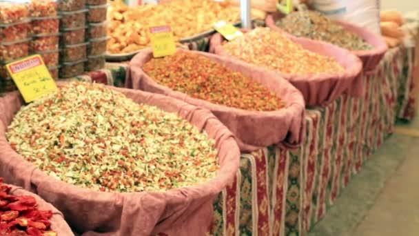 Zdravé sušené ovoce a rajčat na trhu