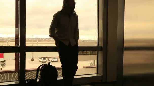 Člověk čeká na letišti