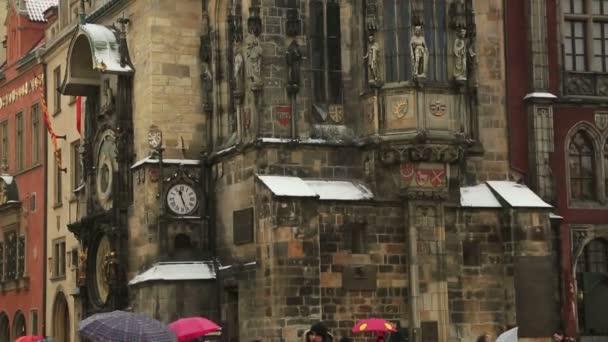Turisté navštíví Orloj staré středověké orloje v Praze, Česká republika - 07 února 2017