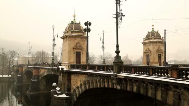 Most u Vltavy během zimního dne