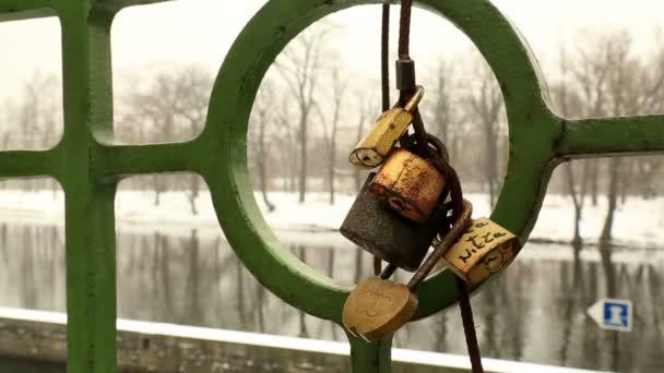 Zámky lásky na mostě zábradlí 3