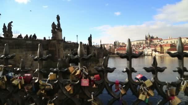 Karlův most a Pražský hrad s láskou zámky