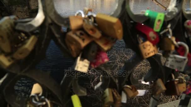 Karlův most a Pražský hrad s láskou zámky 2