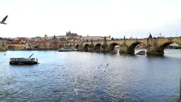 Karlův most a řeku Vltavu v Praze 2
