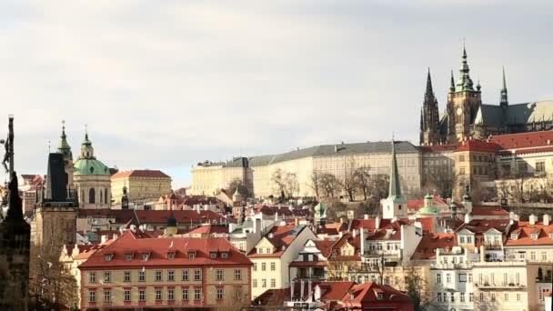 Malebný pohled na řeku Vltavu a Pražský hrad