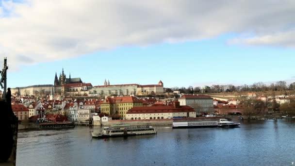 Pohled na staré budovy a Vltavy v Praze 2