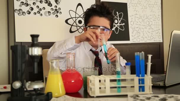 Mladý chlapec dělat vědecké experimenty 3