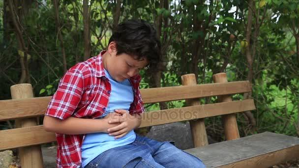 Mladý chlapec s bolestmi břicha