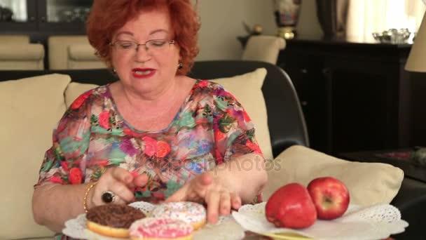 Žena, volba mezi sladkosti a ovoce 2