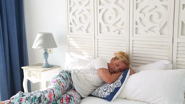 Schöne müde Frau schläft auf dem Bett
