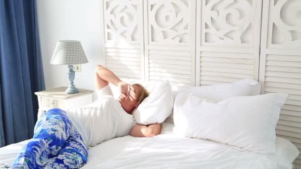 Žena, položil na postel a spí 2
