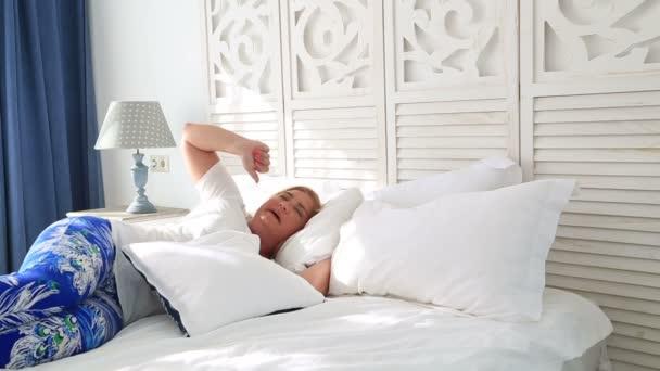 Nő az ágyban feküdt, és 4 hálószoba