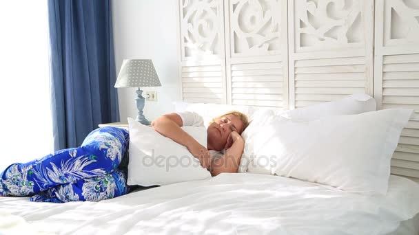 Žena, položil na postel a spí 7