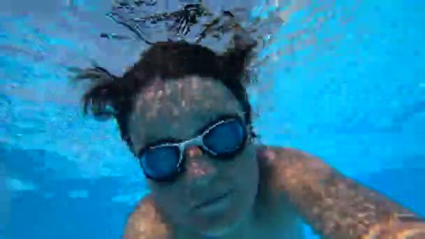 Junge taucht in einen Pool