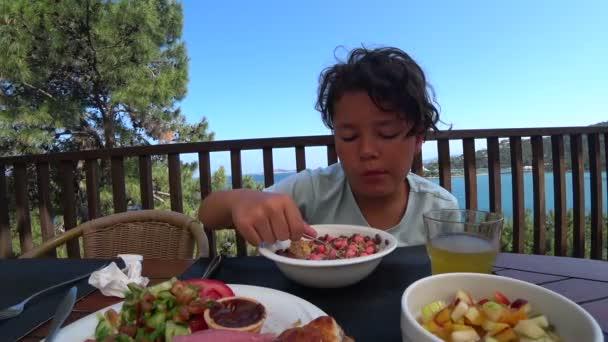 Hezký nedospělý, jíst snídaně na venkovní 11