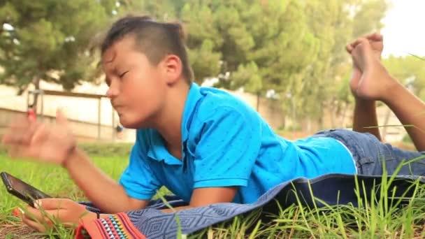 Dospívající chlapec pomocí smartphone na venkovních
