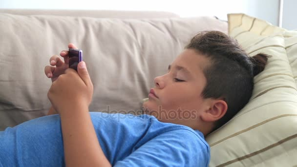 Dospívající chlapec s smartphone 3