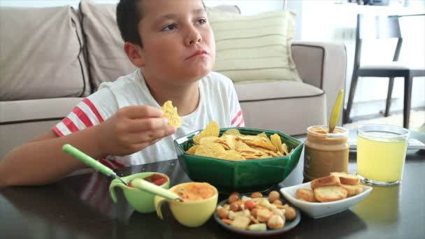 Nedospělý chlapec jíst nezdravé jídlo 5