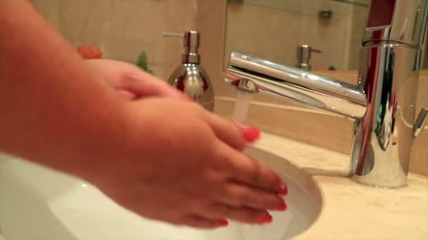 Žena myje ruce 3