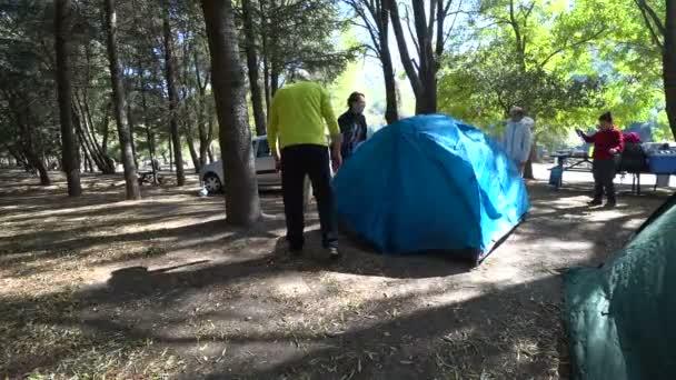 Aktivní rodina táboření v lese