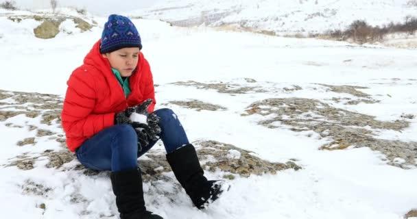 Portrét zmrazení dítě v přírodě