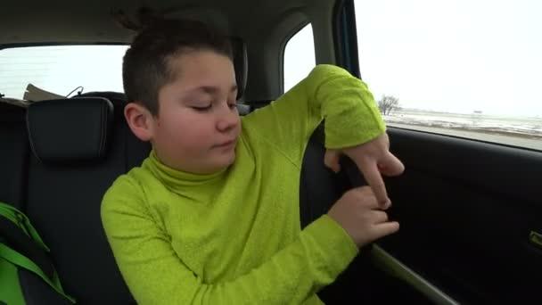 c4be18a1e32df Enfant, ceinture de fixation dans la voiture — Vidéo DerinMedia ...