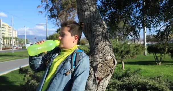 Kleiner Junge Trinkwasser an der Outdoor-2