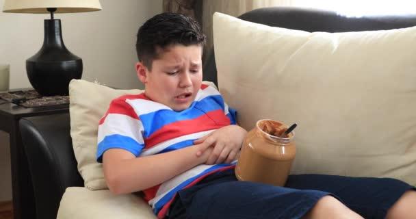 Bolestivé dítě s bolestí břicha, jíst příliš mnoho arašídové máslo doma