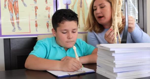 Segíti a fiatal fiú a lecke biológia tanár
